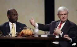 Herman Cain et Newt Gingrich lors d'un forum à Des Moines, dans l' Iowa, en novembre 2011