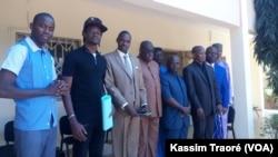 Le rappeur Master Soumy (2e à g.) en compagnie des magistrats. (VOA/Kassim Traoré)