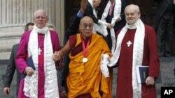 達賴喇嘛在同英國首相卡梅倫會晤前﹐星期一獲得鄧普頓獎后与倫敦主教沙特爾(右)和圣保羅大教堂法政牧師高葛攜手离開大教堂。