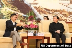 2013年6月,西藏党委书记陈全国会见美国驻华大使骆家辉.