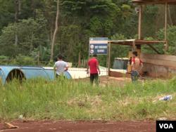 Chinese engineers in Matomb, Cameroon, Nov. 4, 2016. (M. Kindzeka/VOA)