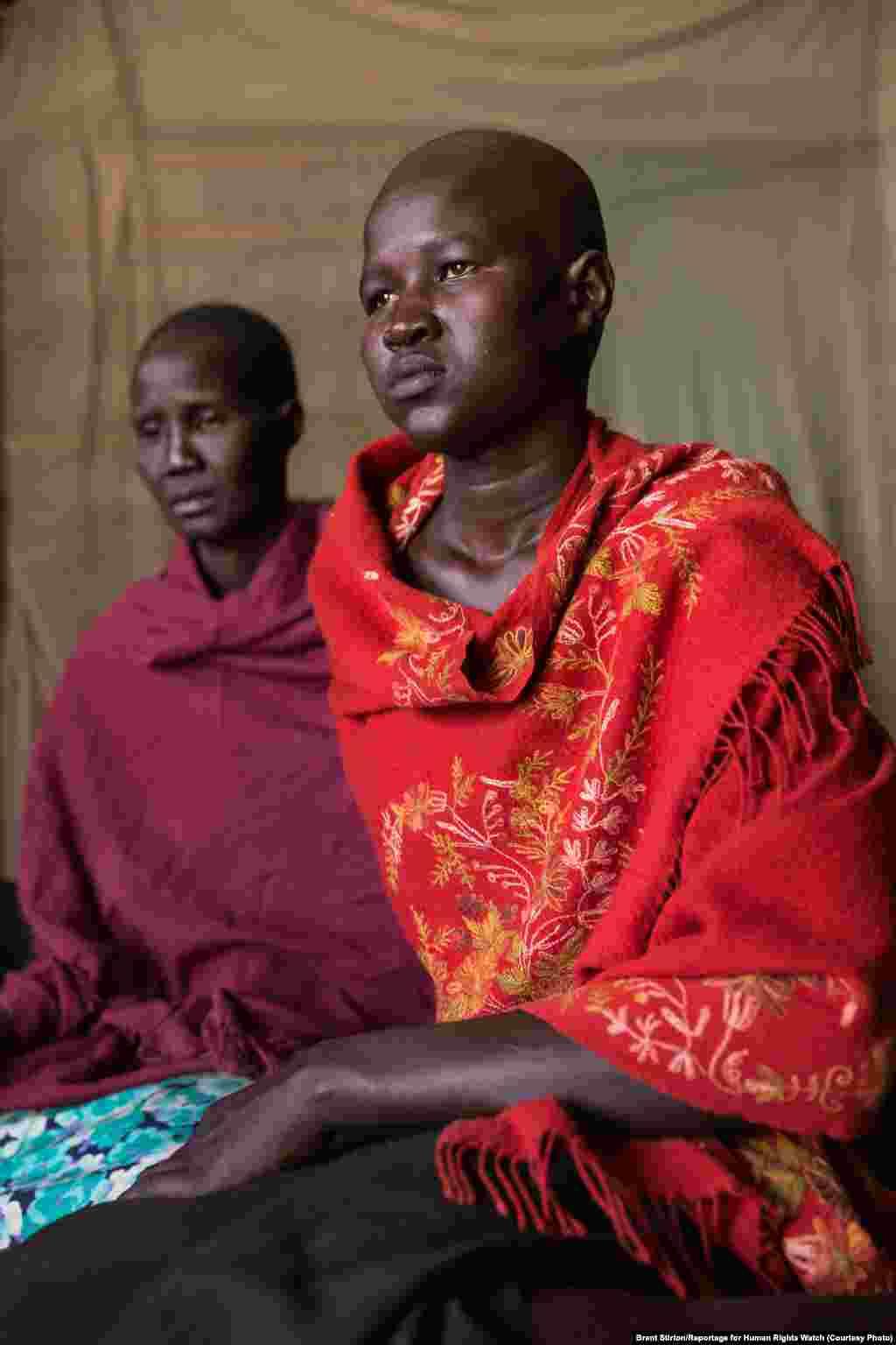 Akuot, 16, dari Bor, negara bagian Jonglei dipukul selama tiga hari setelah menolak dikawinkan dengan mahar ternak. Ia merupakan salah satu anak-anak perempuan yang diwawancarai oleh Human Rights Watch untuk laporan mengenai pernikahan di bawah umur di Sudan Selatan. (Brent Stirton/Human Rights Watch)