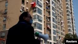 中国江西省九江市一个居民小区的居委会成员在宣传新冠防疫。(2020年2月4日)