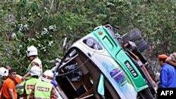 Các du khách đang trở về sau một chuyến thăm tới khu vực nghỉ mát nổi tiếng của Malaysia là Cameron Highlands thì tài xế đâm vào rào ngăn hai luồng xe trên xa lộ làm chiếc xe buýt hai tầng bị lật