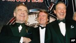 مورلی سیفر (انتہائی بائیں) '60 منٹس' کی ٹیم کے ساتھ 1993 میں۔ فائل فوٹو