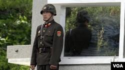 Seorang tentara Korea Utara berjaga di Zona Demiliterisasi (DMZ) di Panmunjom yang memisahkan kedua Korea (foto: dok). Seorang tentara Korut membelot ke Korsel setelah membunuh dua petugas di bagian barat Zona demiliterisasi (DMZ), Sabtu (6/10).