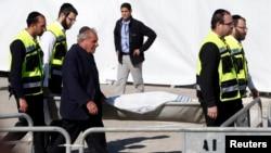지난 13일 파리 시내 유대인 식료품점에서 발생한 인질 사건으로 희생된 시신이 운구되는 모습.