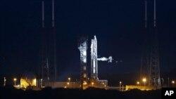 Phi thuyền cũng mang quà Giáng Sinh cho 6 phi hành gia của Trạm Không gian Quốc tế.