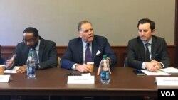 美國眾議院情報委員會前主席邁克·羅傑斯(Mike Rogers)(中)2019年2月25日在華盛頓出席一場討論會(美國之音許寧攝影)