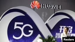在北京國際信息通信展覽會上的華為展位顯示5G技術。 (2018年9月28日)