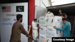 Vaksin COVID-19 produksi Moderna tiba di bandara internasional di Islamabad, Pakistan Jumat 2/7 (courtesy: US Dept. of State/Twitter).