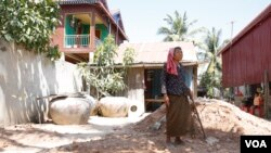 Peou Heng, 70, stands in front of her house in Kandal province, Cambodia, February 28, 2017. (Hean Socheata/VOA Khmer)