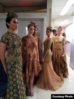 Para model lokal AS mengenakan gaun karya desainer Indonesia, Meggie Hadiyanto (dok: Meggie Hadiyanto)