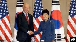 拜登星期五在首爾總統府會見了南韓總統朴槿惠。