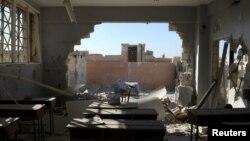 Sebuah gedung sekolah yang hancur akibat serangan artileri di Hass, provinsi Idlib, Suriah utara Rabu (26/10).