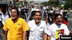El diputado opositor, José Manuel Olivares (centro), junto con Carlos Paparoni y Juan Mejía durante una marcha a la oficina del Defensor del Pueblo estatal en Caracas, Venezuela.