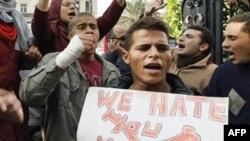 """""""Мы ненавидим тебя, Мубарак""""- написано на плакате этого каирского демонстранта."""