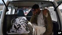 Un membre de la famille de Sakina et Rizwana Bibi en pleurs après leur assassinat à Quetta, au Pakistan, le 18 janvier 2018.
