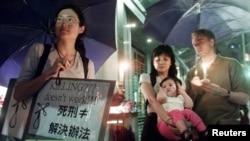 국제인권단쳬 엠네스티인터네셔널 소속 시위대가 홍콩의 중국 정부청사 앞에서 사형제도에 반대하는 시위를 벌이고 있다. (자료사진)