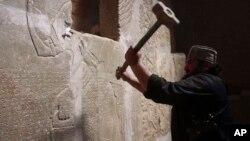حراج این اثر در حالی است که در سالهای اخیر، پیکارجویان داعش آثار باستانی دوران آشوری ها را در نزدیکی موصل ویران کردند