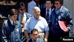 Manuel Contreras, gégéral à la retraite et ancien chef de la police secrète de l'ex-directeur Augusto Pinochet escorté par la police chilienne