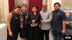 Achi Soeharman (tengah) bersama Senator New Hampshire, Jeanne Shaheen - kedua dari kiri (foto: Yogi Leksono/VOA).