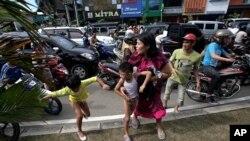 在印尼地震后当局一度发布海啸警报,民众逃生