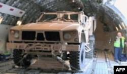 M-ATV军车空运抵达阿富汗