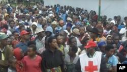 Des réfugiés congolais attendant de l'aide au camp de Nkamira, Rwanda (6 mai 2012)