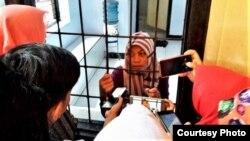 Baiq Nuril Maknun di dalam ruang tahanan Pengadilan Negeri Mataram, NTB. (Courtesy: Tim kuasa hukum)