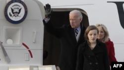 Віце-президента США Джо Байден, його онука Фіннеган та жінка Джилл в аеропорту Внуково. Байден прибув до Росії у вівторок щоб покращити відносини між двома країнами.