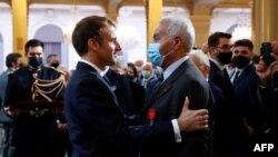"""Salah Abdelkrim reçoit le """"Chevalier de la Légion d'honneur"""" par le président français Emmanuel Macron lors d'une cérémonie à la mémoire des Harkis, des Algériens qui ont aidé l'armée française dans la guerre d'indépendance algérienne, le 20 septembre 2021."""
