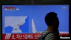 Пасажир на залізничному вокзалі у Сеулі проходить повз телевізора, що показує репортаж про невдалий запуск ракети КНДР від її східного узбережжя, 16 квітня 2017 року