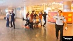 2016年6月28日,伊斯坦布尔的阿塔图尔克机场发生几起爆炸。图为一个受伤的妇女被医务人员抬进救护车。