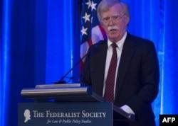 존 볼튼 백악관 국가안보보좌관이 10일 워싱턴 DC에서 열린 '연방주의자협회' 행사에서 연설하고 있다.