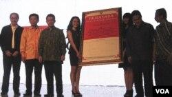 Menteri Komunikasi dan Informatika Tifatul Sembiring (tiga dari kiri) membuka acara Indonesia Broadcasting Expo di Jakarta. (VOA/Andylala Waluyo)