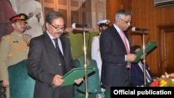 گورنر سندھ نے فضل الرحمٰن سے ان کے عہدے کا حلف لیا
