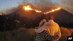 Người dân chứng kiến lửa lan rộng ở California.