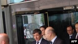 Bộ trưởng Ngoại giao Thổ Nhĩ Kỳ Ahmed Davutoglu rời khỏi Bộ Ngoại giao Hoa Kỳ ở Washington sau cuộc hội đàm với các giới chức Mỹ về vụ tấn công của Israel vào đoàn tàu chở hàng cứu trợ