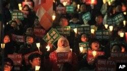 미한 자유무역협정 반대 범국민촛불 집회에 참가한 시민들이 비준 무효와 대통령 퇴진를 요구하며 구호를 외치고 있다.