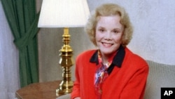 FILE - Actress Nanette Fabray poses in her hotel room in New York, April 18, 1997. Fabray has died at age 97. Her son, Dr. Jamie MacDougall, said his mother died Feb. 22, 2018, at her home in Palos Verdes Estates, Calif.