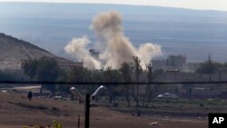 从土耳其边境看到的叙利亚边境城镇科巴尼被炮弹击中后的硝烟