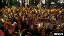 មនុស្សម្នាកាន់ទៀន និងព្រះឆាយាលក្ខណ៍របស់សេ្តច Bhumibol Adulyadej របស់ថៃ នៅមន្ទីរពេទ្យ Siriraj ទីដែលក្រុមនោះបានប្រមូលផ្តុំដើម្បីប្រារព្ធខួបទី៨៨ នៅក្នុងរាជធានីបាងកក ប្រទេសថៃ កាលពីថ្ងៃទី៥ ខែធ្នូ ឆ្នាំ២០១៥។