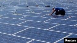 Hoy en día cuesta cerca de $20 mil dólares instalar paneles solares para proveer a un hogar la energía que necesita.