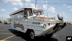 在美國中西部的密蘇里州的布蘭森鎮,一艘水陸兩用遊覽船(2018年7月20日)