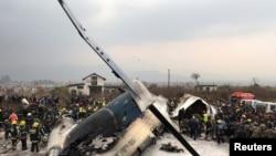 Chiếc máy bay của Bangladesh chở 67 hành khách và phi hành đoàn 4 người rơi trong lúc đáp xuống phi trường ở thủ đô Kathmandu của Nepal hôm thứ Hai 12/3 (REUTERS/ Navesh Chitrakar - RC14B61DF3D0)