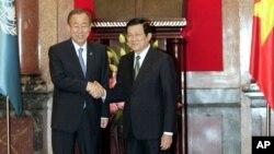 베트남을 방문한 반기문 유엔 사무총장이 22일 쯔엉떤상(Truong Tan Sang) 베트남 대통령과 만나 악수 하고 있다.
