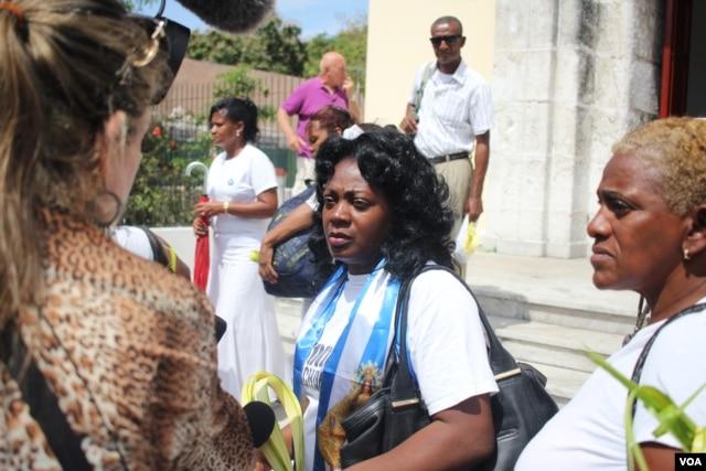Berta Soler speaks with the media outside St. Rita's Church in Havana on March 20, 2016, hours before her arrest. (V. Macchi/VOA)