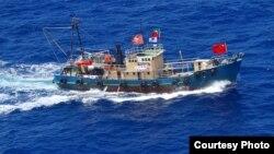"""香港活動人士乘坐的保釣船""""啟豐2號""""在釣魚島附近海域航行。"""