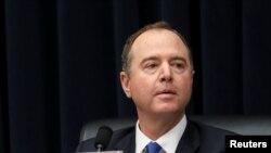 资料照:美国众议院情报委员会主席谢安达(Adam Schiff,又译亚当·希夫)在众议院情报委员会的一次听证会上听取发言。(2019年3月28日)